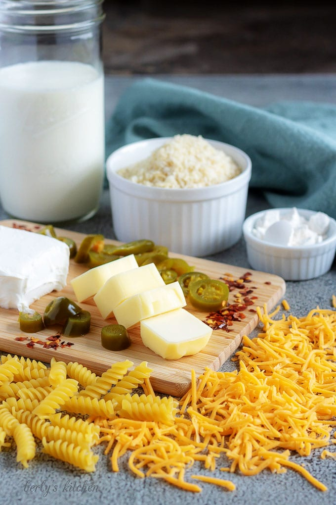 The baked mac and cheese ingredients likes cheddar cheese, jalapenos, and pasta.