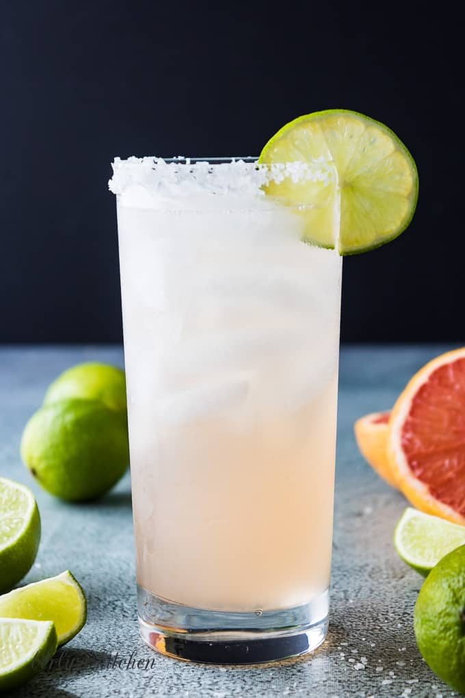 The finished paloma cocktail with a lime slice.